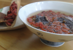Give some TLC to your throat with this Goji berries and dried orange peels brew.