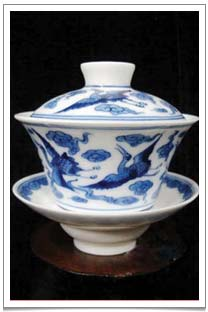 One of the four famous styles of porcelain gaiwans from Jing De Zheng (China) with blue and white glaze that we familiarly associate with Chinese teacups, vases and dishes.