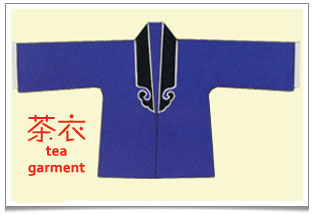 One of the 2 designs of tea garment ('cha yi' 茶衣) employed in Chinese operas where the lapels meet in the middle of the torso (like a shirt).