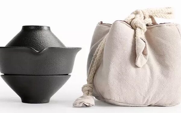 Tea pot with 2 cups and carrier bag